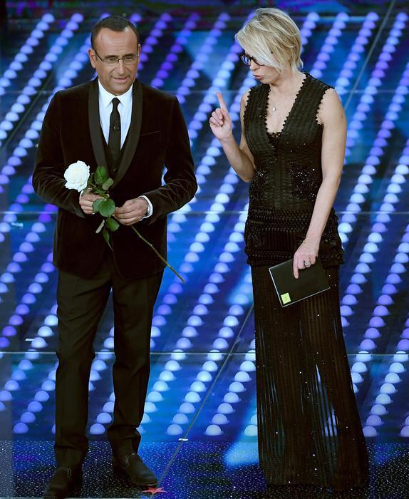 Sanremo: Conti scende le scale, Maria fa battute su Trump