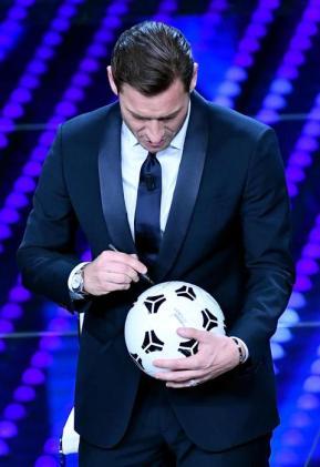 Sanremo: Ariston in delirio per Totti